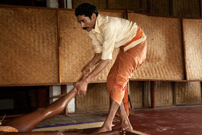 Vinay Kumar, maestro di kalaripayattu e massaggiatore kalary al Dharnuveda di Kovalam